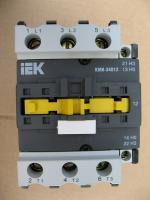 Фотография малогабаритного контактора КМИ 35012 на 50А с управляющей электромагнитной катушкой на напряжение 220 вольт производства IEK