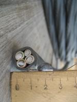 Фотография алюминиевого кабеля АВВГ 3х16+1х10 с тремя основными жилами и четвёртой под PEN-проводник