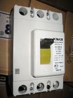 Фотография трёхполюсного выключателя марки ВА 04-36 в исполнении 340010 на ток 320А изготовления КЭАЗ (на лицевой панели просматриваются технические характеристики)