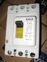 Фотография автоматического выключателя с тремя полюсами ВА 57-35 на 160 ампер с тепловым и электромагнитным расцепителем в каждом полюсе