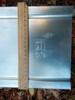 Фотография оцинкованной крышки лотка шириной 200 мм и длиной 3 метра выпуска ИЭК (логотип отштампован)