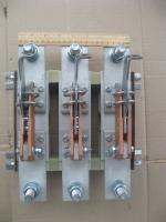 Фотография трёхполюсного разрывного разъединителя РЕ 19-43 исполнения 31110 с общим центральным приводом на номинальный ток 1600 ампер выпуска КЭАЗ
