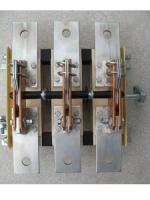 Фотография трёхполюсного разрывного разъединителя РЕ19-37 исполнения 31140 на ток 400 ампер с передним смещённым вправо приводом