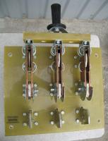 Фотография трёхполюсного реверсивного рубильника РЕ19-43 на номинальный ток 1600 ампер исполнения 72210 с центральным общим приводом