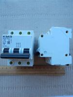 Фотография автоматического выключателя ВА47-29 3Р на 16А с тремя полюсами выпуска КЭАЗ для монтажа на DIN-рейку в распределительном щитке