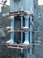 Фотография разъединителя РВЗ-10 на 630 ампер с шестью заземлителями (3 сверху и 3 снизу) и шестью упорными изоляторами