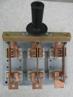 Фотография выключателя-разъединителя РЦ-4 на номинальный ток 400 ампер с центральным приводом и тремя полюсами