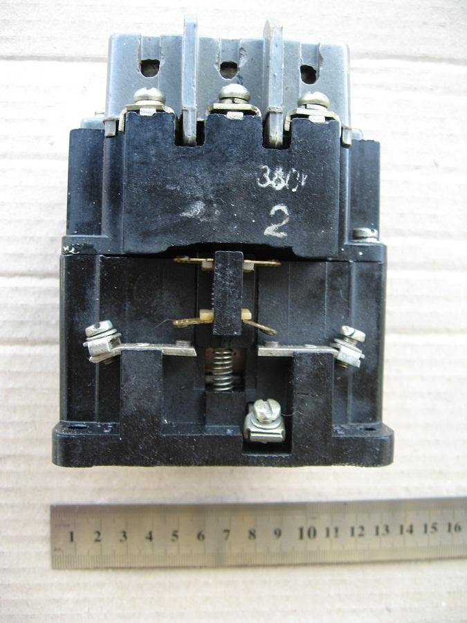 Фотография вида сбоку на магнитный пускатель ПМЕ 211 складского хранения.